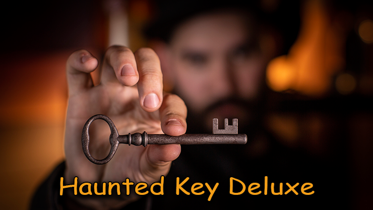 gros plan de la clé tenue en main du tour Haunted-Key-Deluxe de murphy's magic