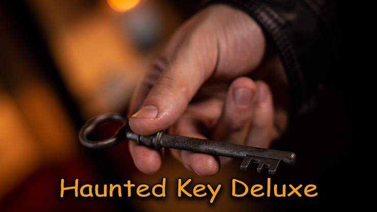 la clé tenue en main du tour Haunted-Key-Deluxe de murphy's magic