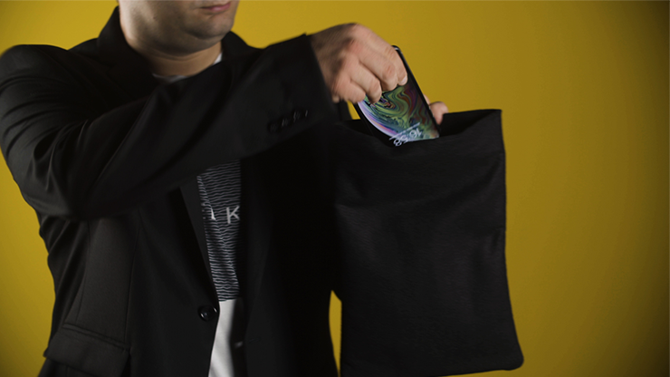 le magicien met une téléphone dans un sac invisibag