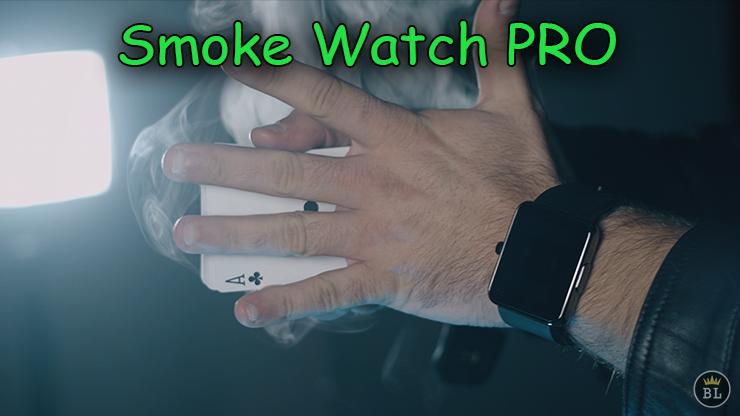 la fumée sort de la main deriere un jeu de carte de Smoke Watch PRO de João Miranda .