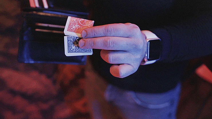 photo de 2 cartes de ABRA tenues en main par jordan victoria
