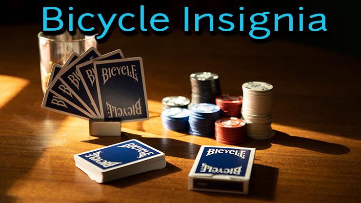 jeu de carte bicycle insignia back bleu sur une table de poker