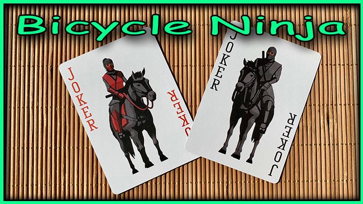 les deux jokers avec des ninja assits sur des chevaux du jeu bicycle ninja