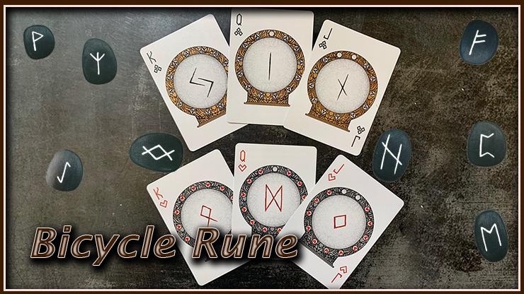 les 3 figures a trèfle et les trois figures a cœur sont en éventail sur la table du Jeu Bicycle Rune