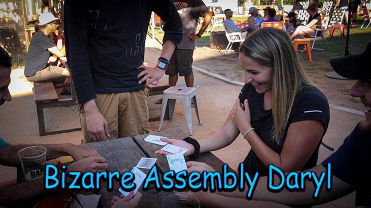 photo des spectateurs avec les cartes en mains du jeu bizarre Assembly daryl