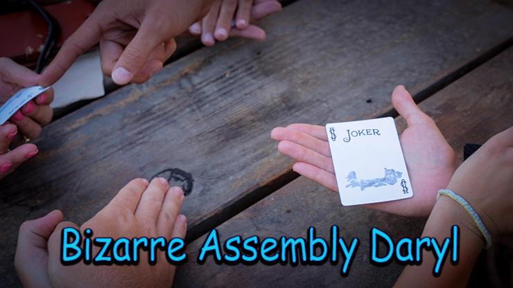 gros plan de la carte joker effacée dans les mains du spectateur du tour Bizarre Assembly.