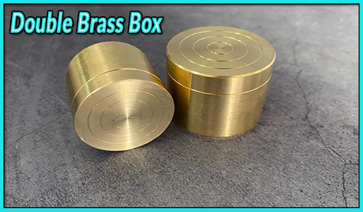 Les deux boites gigognes sont fermées du tour Double Brass Box- Les boites gigognes laiton.