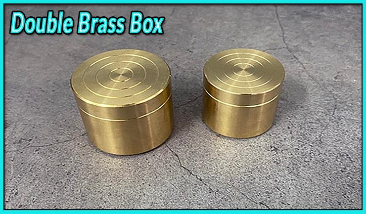 gros plan sur les deux boites gigogne en laiton du tour Double Brass Box