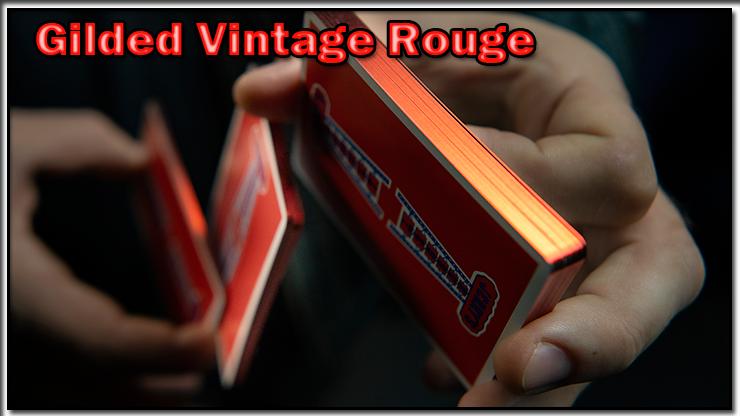le magicien réalise des figures cardisty avec le Jeu Vintage Feel Jerry's Nuggets Gilded Rouge.