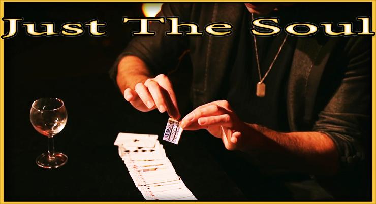 le magicien presente une carte pliée dans un trombone c'est le tour  Just The Soul De Adrian Vega