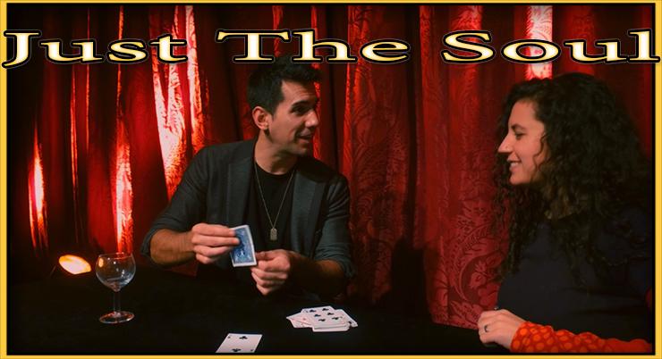 Adrian présente sa carte de prédiction à une dame de son tour Just The Soul De Adrian Vega