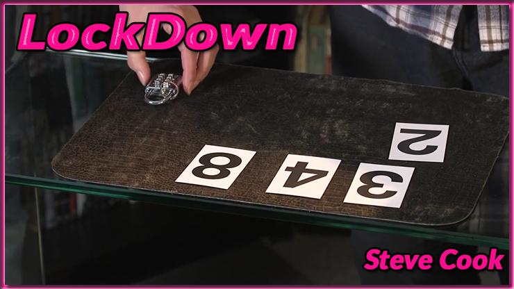 des cartes numérotées et le cadenas sont posé&es sur la table du tour lockdown de steve cook et Kaymar Magic