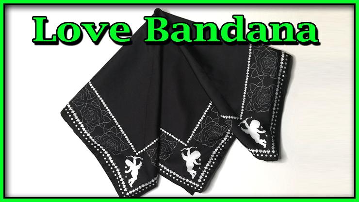 le foulard noir plié en quatre de Love Bandana De Lee Alex