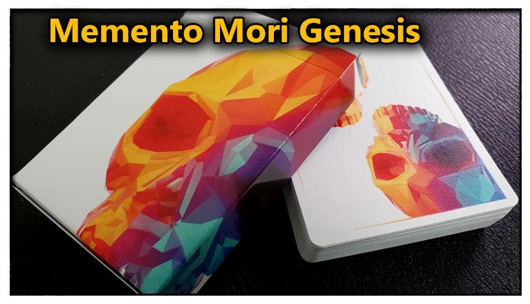 la boite du jeu posé sur le jeu de carte vu de dos du Jeu De Carte Memento Mori Genesis