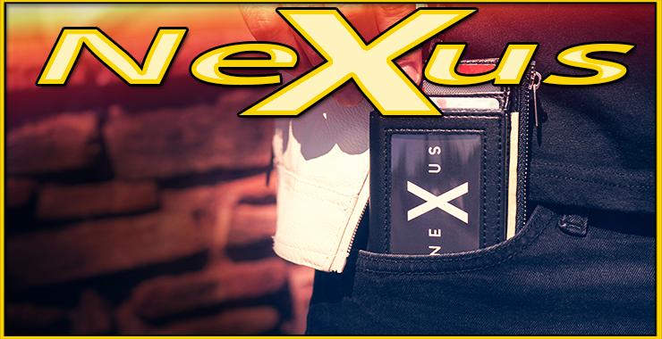 le magicien sort de la poche de son pantalon le portefeuille Nexus de Javier Fuenmayor