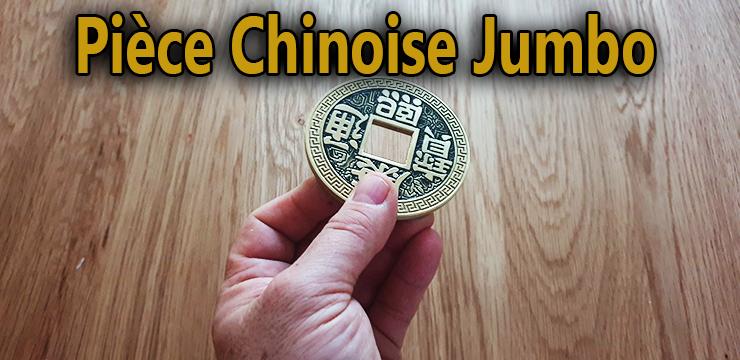 tenu au bout de doigt côté pile de la Pièce chinoise jumbo 7.5 cm