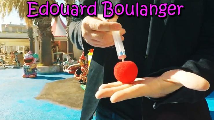 le magicien fait apparaitre une boule avec sa seringue du tour Red de Edouard Boulanger.