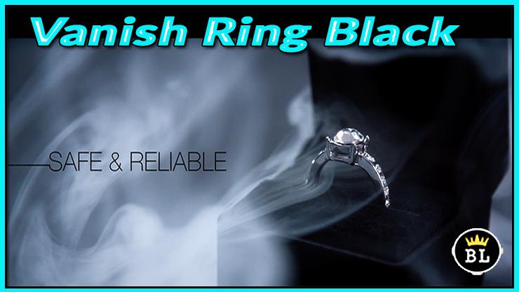 la bague est dans un ecrin noir sous un panache de fumée du tour Vanishing Ring Black de sansminds